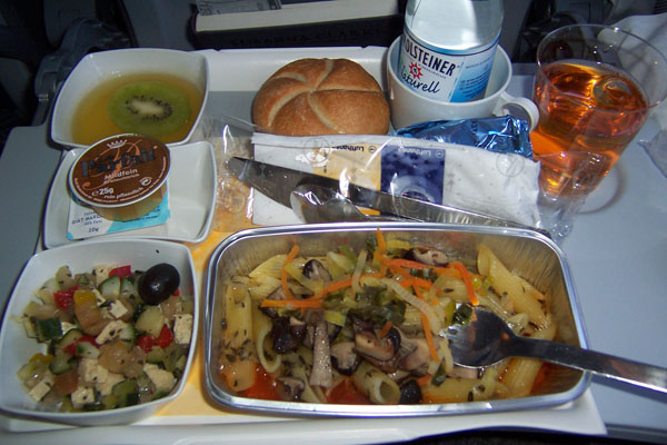 photo of vegan airplane meal: Thyme Penne with a cold tofu salad and a dinner roll with a delightful 'rein pflanzlich' spread